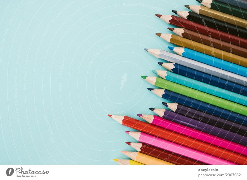 Buntstifte Erholung Schule Handwerk Menschengruppe Kunst Holz zeichnen hell blau braun gelb grün rosa rot Farbe Kreativität Chips Späne Färbung Schärfen
