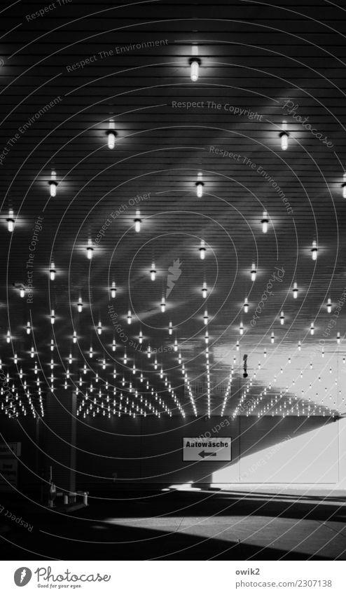 Service Stadt dunkel Wand Mauer Arbeit & Erwerbstätigkeit leuchten Verkehr modern Schriftzeichen glänzend Glas Schilder & Markierungen Zeichen Beton Hamburg