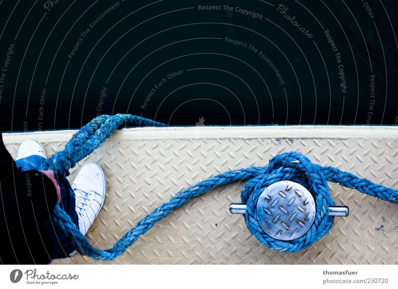 Festmacher Meer Seemann Hafen Mensch maskulin Mann Erwachsene Hand Fuß 1 Schifffahrt Passagierschiff Fähre Wasserfahrzeug Seil An Bord festhalten stehen warten