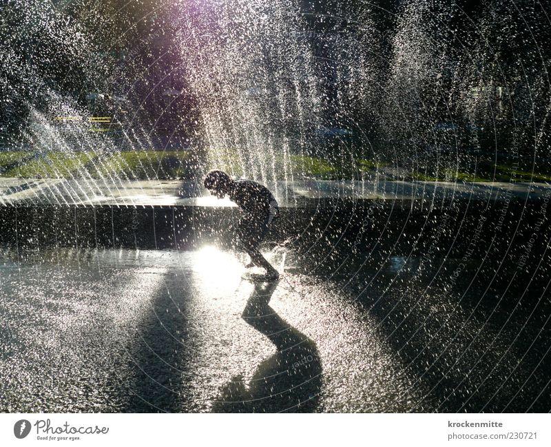 Brunnen-Springer Freude Sommer maskulin Kind Kindheit Jugendliche 1 Mensch 8-13 Jahre laufen Spielen springen grün Springbrunnen spritzen Wasser Wasserfontäne
