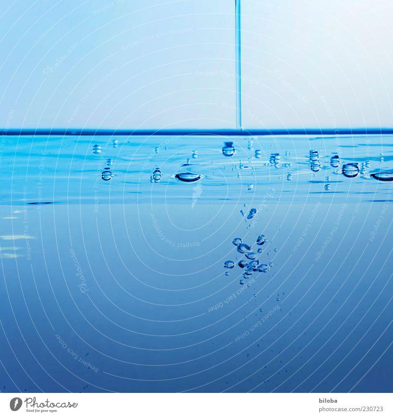 Einfluss Trinkwasser Urelemente Wasser Wassertropfen ästhetisch Flüssigkeit unten blau Erholung Inspiration Natur Gießen Luftblase Wasserstrahl Innenaufnahme