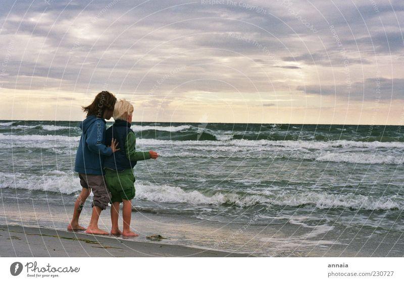 einfach weiter gehen Mensch Kind Himmel Wasser Sonne Meer Strand Freude Ferne Leben Spielen Junge Küste Freundschaft Kindheit