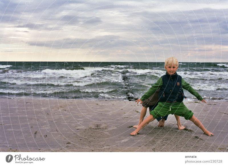 bis hier und nicht weiter Mensch Kind Himmel Jugendliche Wasser Ferien & Urlaub & Reisen Meer Strand Freude Ferne Spielen Junge Freundschaft Kindheit Wellen Horizont