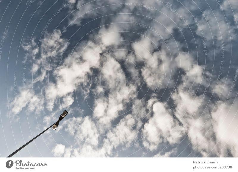 Du hast die Welt in Deiner Hand Himmel Natur blau weiß Wolken Umwelt oben Luft Lampe Stimmung Wetter Klima Urelemente Sehnsucht Schönes Wetter Straßenbeleuchtung