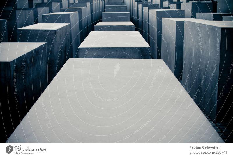 Inception Kunst Kunstwerk Hauptstadt Denkmal außergewöhnlich gruselig blau träumen Betonklotz hart kalt Holocaustgedenkstätte aufgereiht Zentralperspektive
