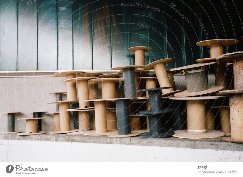 von der Rolle Industrieanlage Fabrik Fassade Fenster blau braun grau schwarz Karton leer Spule Müll auftürmen Farbfoto Außenaufnahme Menschenleer