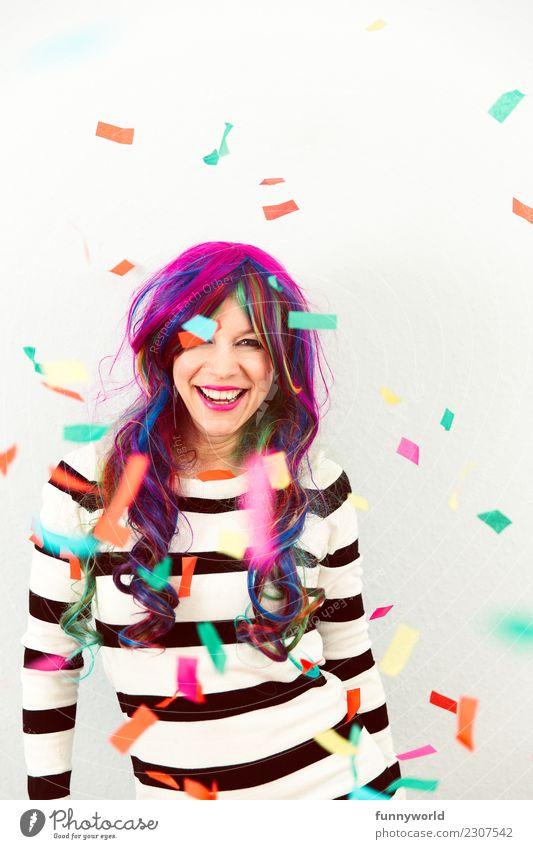 Bunte Jeck Mensch feminin Frau Erwachsene 1 lachen verrückt Freude Konfetti mehrfarbig fallen Karneval Perücke Narren verkleidet wild Ausgelassenheit langhaarig