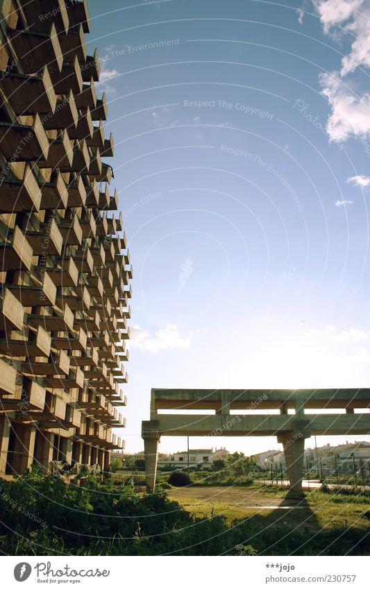 hotel bizarre. Sonne Wolken Haus Architektur Gebäude dreckig Fassade Beton Hochhaus Tourismus Brücke kaputt Baustelle Vergänglichkeit Bauwerk