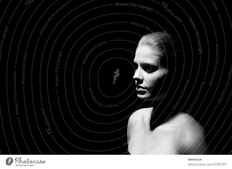 verloren Porträt Frau Mensch träumen Alptraum Schwarzweißfoto Licht Einsamkeit Frustration Traurigkeit Phantasie stehen Schatten Profil Schulter Europäer