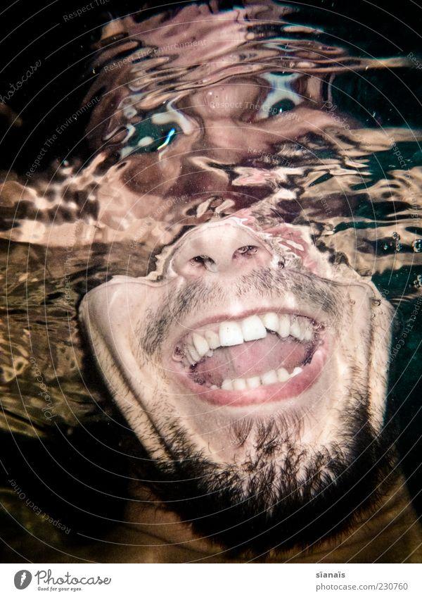tief ins glas geschaut Mensch maskulin Junger Mann Jugendliche Erwachsene Kopf 1 Wasser Freude Lebensfreude Verzerrung lachen Wahnsinn verrückt irre