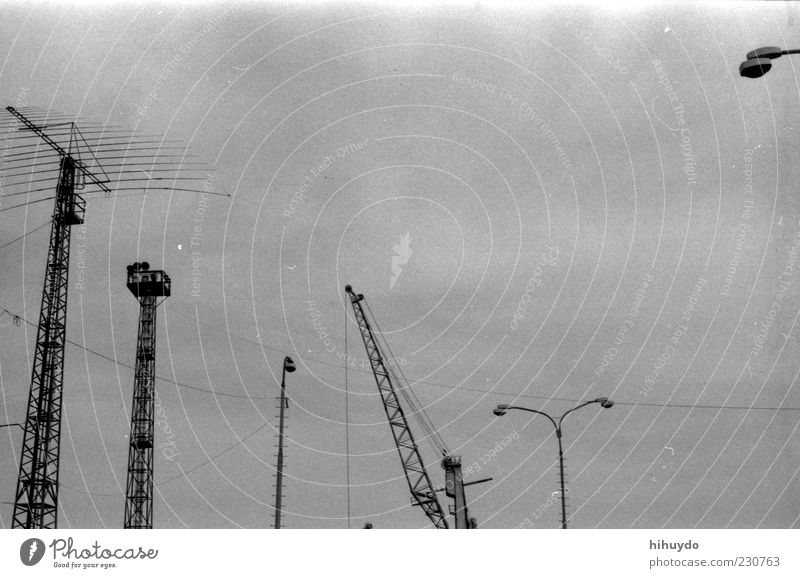 spinat macht stark. grau groß Fabrik Unendlichkeit Stahl Maschine Industrieanlage Wolkenloser Himmel Stadtrand Hafenstadt Laternenpfahl Hafenkran graue Wolken