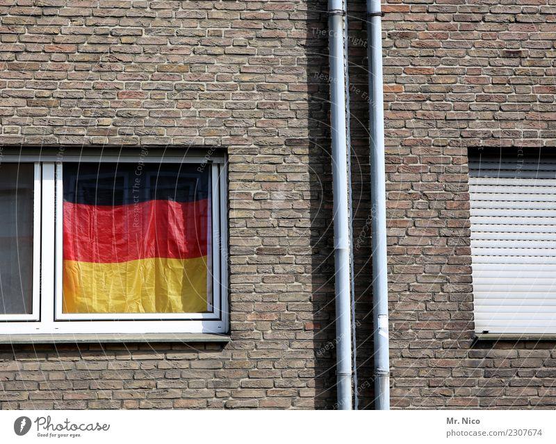 window color rot Fenster schwarz Wand Gebäude Mauer Deutschland Fassade Stadtleben Häusliches Leben Wohnung Dekoration & Verzierung gold trist Deutsche Flagge
