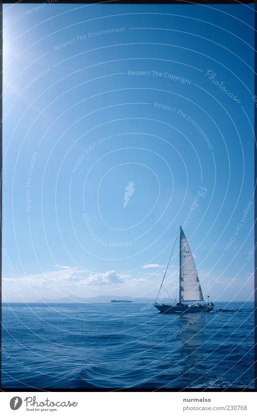 Quer ab Lifestyle Freizeit & Hobby Segeln Natur Landschaft Horizont Sommer Schönes Wetter Wellen Meer Insel Schifffahrt Sportboot Jacht Segelboot glänzend