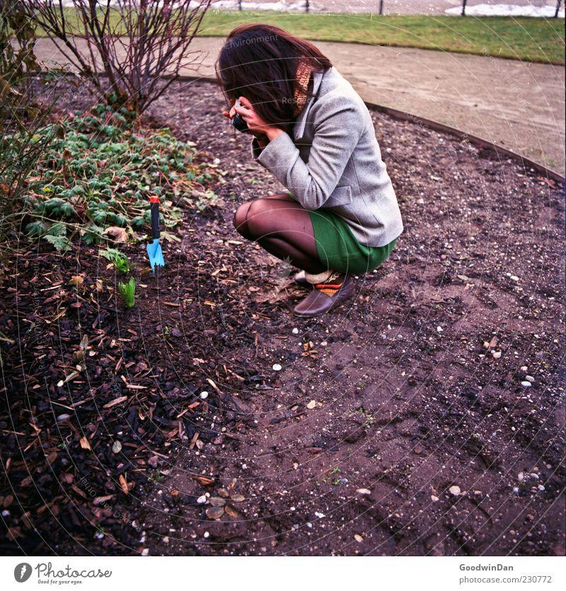 Ruhestätte, oder Ort der Rache ? Mensch feminin Junge Frau Jugendliche Erwachsene 1 Umwelt Natur Klima Wetter Garten Park entdecken hocken knien warten frei