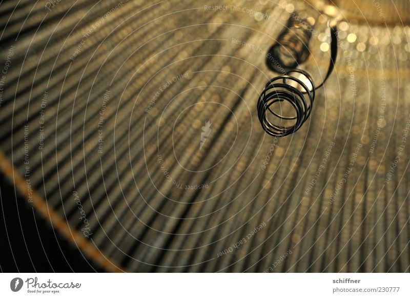 KAmiKAze - Heiligenschein Glas Gold Kristalle glänzend Kronleuchter strahlenförmig Beleuchtung strahlend Spirale Windung schwarz Menschenleer Innenaufnahme