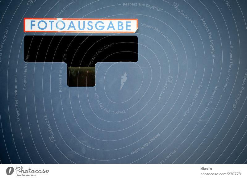 Dein Foto wurde bestätigt [ KAmiKAze 03|11] Fotoautomat blau rot weiß Ausgabe Etikett Schriftzeichen Metall lackiert alt Innenaufnahme Detailaufnahme Kunstlicht
