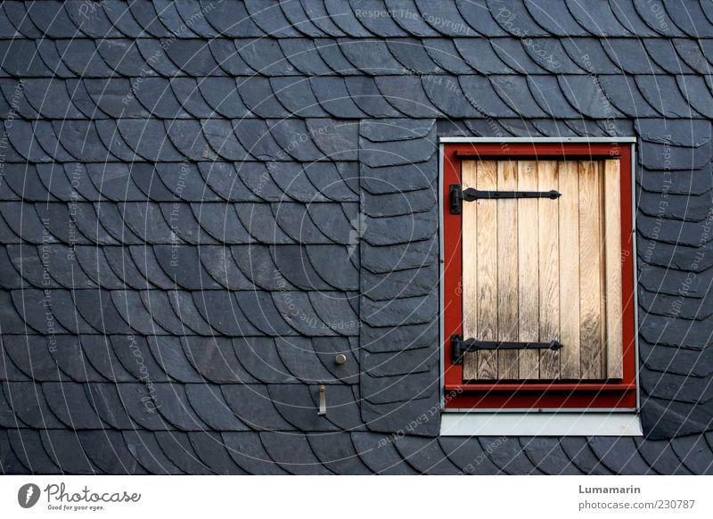 Klappe zu. Haus Mauer Wand Fassade Fenster einfach grau rot Ordnung ruhig Trennung Umwelt Schiefer Holz Fensterladen Unbewohnt Ziegelbauweise streng gerade