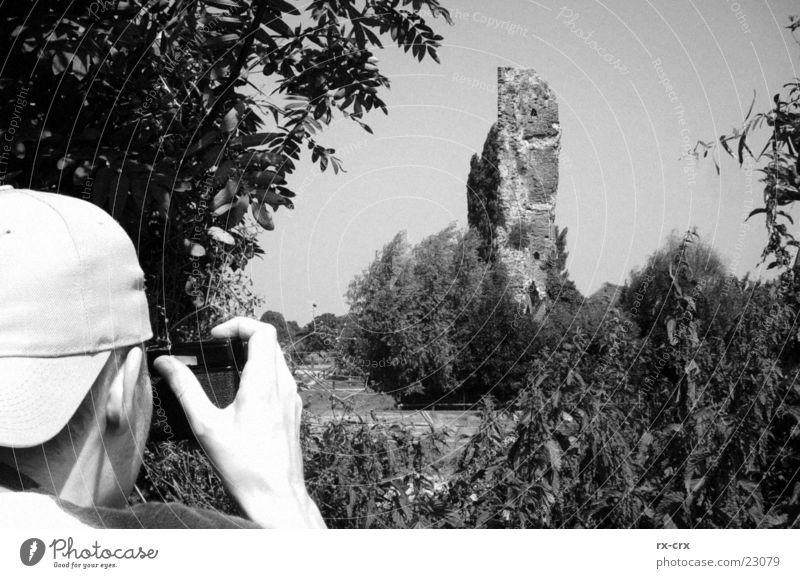 Fotograf unterwegs Mensch weiß Baum schwarz Landschaft Fotokamera Ruine