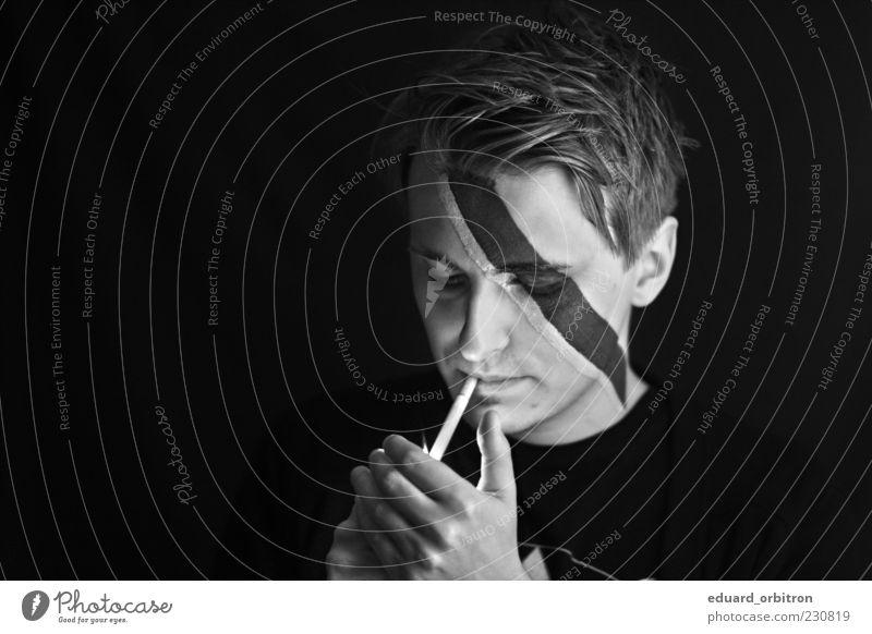 Ziggy Stardust Mensch Mann Jugendliche Hand Erwachsene Gesicht dunkel Kopf maskulin Rauchen 18-30 Jahre Maske Gelassenheit Zigarette Schminke ernst