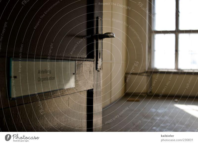 Feierabend alt dunkel Fenster Gebäude Büro braun Tür Raum Schilder & Markierungen Autofenster Ordnung leer Schriftzeichen Vergänglichkeit Vergangenheit Verfall