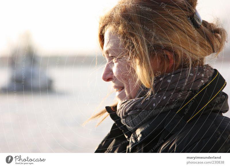 shine through. Frau Wasser schön Meer Erwachsene Gesicht feminin Haare & Frisuren Glück natürlich blond Zufriedenheit Fröhlichkeit Lächeln 45-60 Jahre Lebensfreude