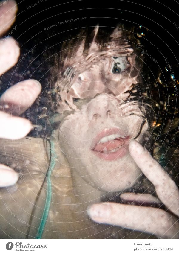 liquid mask Frau Mensch Jugendliche Hand Freude Erwachsene Gesicht feminin lustig Schwimmen & Baden Coolness Körperhaltung tauchen trashig Junge Frau