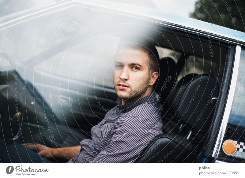 18 Junger Mann Jugendliche 18-30 Jahre Erwachsene Autofahren PKW Oldtimer Blick sitzen authentisch Coolness einfach blau grau selbstbewußt Gelassenheit ruhig