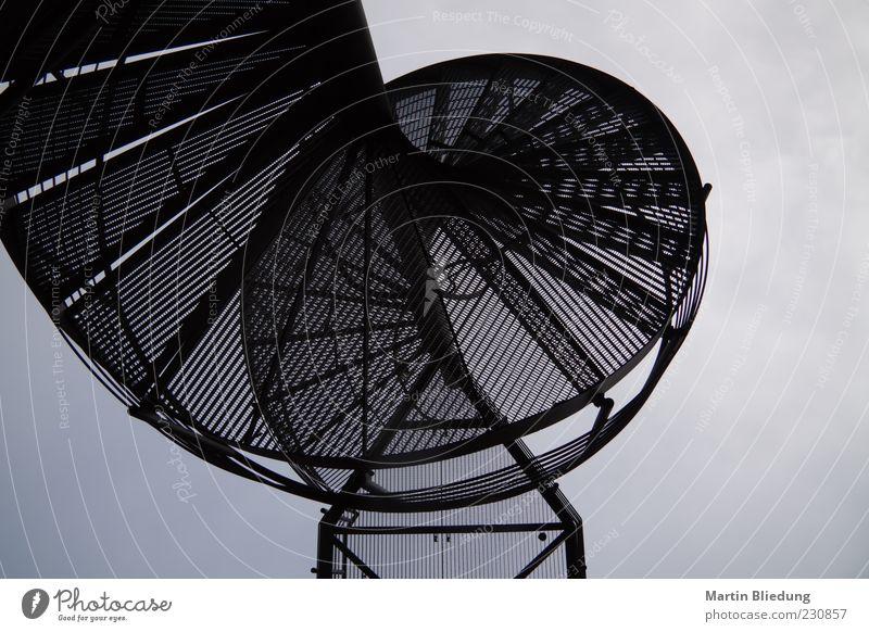 [HH10.1] black art schwarz dunkel Metall außergewöhnlich Treppe einzigartig rund Stahl Gitter geschwungen Wendeltreppe Schwarzweißfoto Metalltreppe