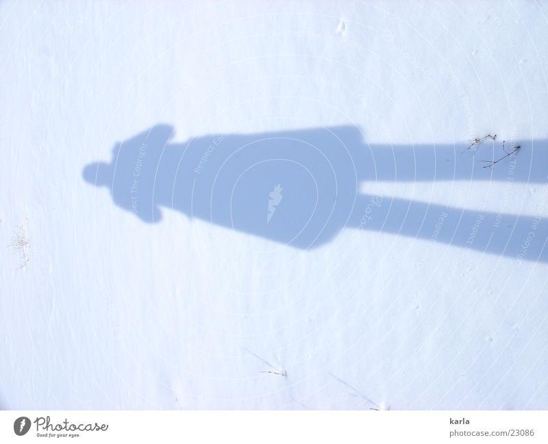 schatten im schnee Mensch blau weiß Winter kalt Schnee feminin