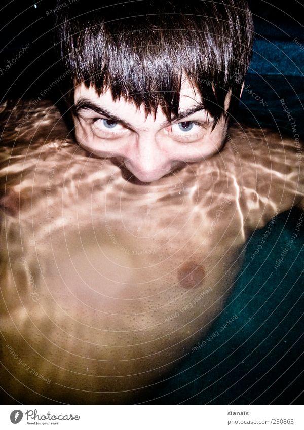 –. Mensch Jugendliche Gesicht Kopf Schwimmen & Baden Junger Mann maskulin verrückt gruselig skurril trashig bizarr Wasseroberfläche Ekel Grimasse Brust