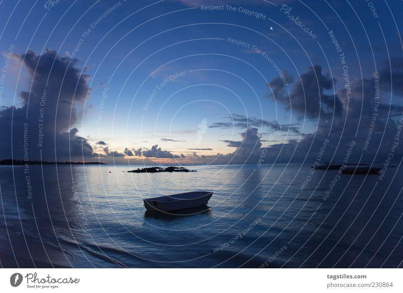 PONDERING SILENCE Wasserfahrzeug Nacht Abend blau Mauritius Ferien & Urlaub & Reisen Freizeit & Hobby Freiheit Idylle Farbfoto dunkel Textfreiraum oben Meer