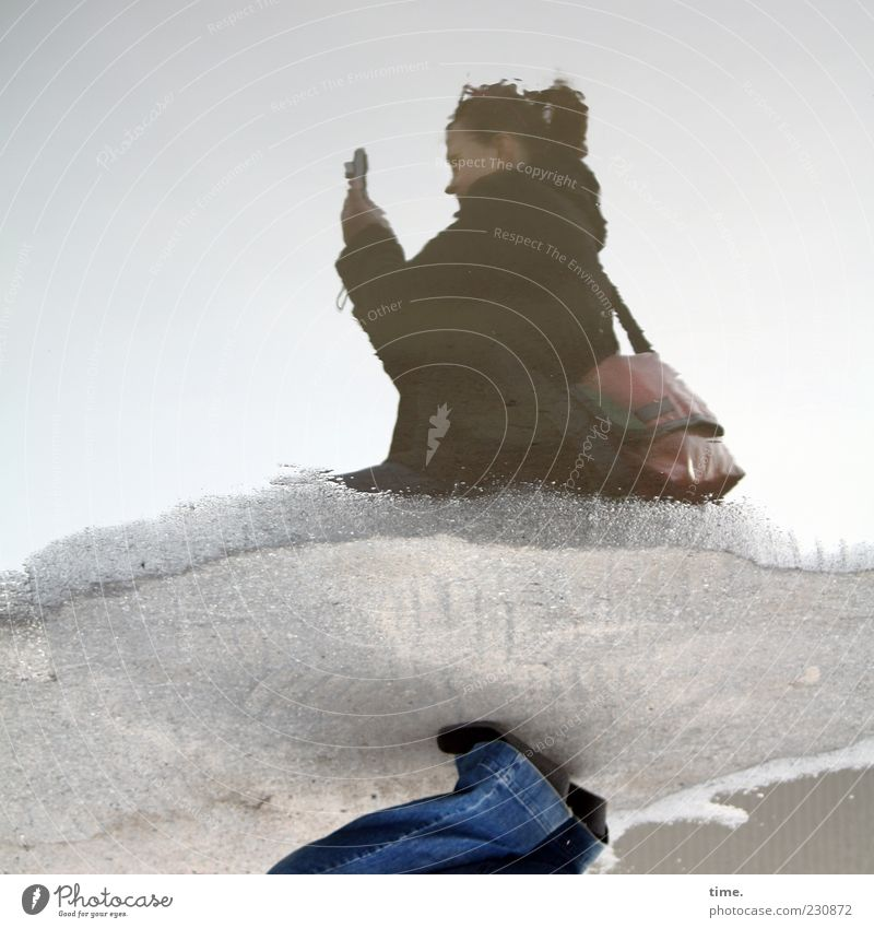 Suchbild Frau Mensch Wasser Freude Erwachsene Ferne feminin Kopf nass Perspektive Jeanshose Fotokamera Asphalt Konzentration Hose entdecken