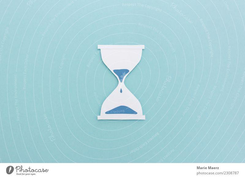 Tropfende Sanduhr aus Papier auf hellblau Messinstrument beobachten warten ästhetisch frisch Vorsicht Gelassenheit geduldig ruhig Pause Zeit Ziel messen