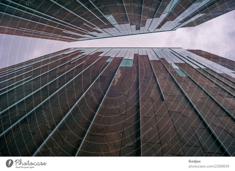 Fassadenstrahlung Himmel Wolken Hamburg Menschenleer Haus Gebäude Architektur Fenster Dach authentisch eckig groß Unendlichkeit hoch gleich modern Perspektive