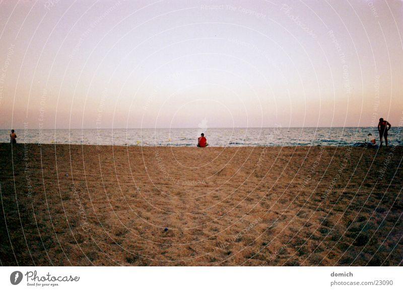 am strand und mittendrin Mensch Wasser Himmel Meer rot Strand Ferien & Urlaub & Reisen Einsamkeit See Sand braun Wellen Küste Horizont Europa Spanien