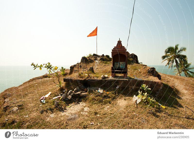 ... schrein, oben... Natur Landschaft Pflanze Wasser Himmel Hügel Gipfel Religion & Glaube Schrein Palme Fahne Meer Indien Goa Asien Farbfoto Außenaufnahme