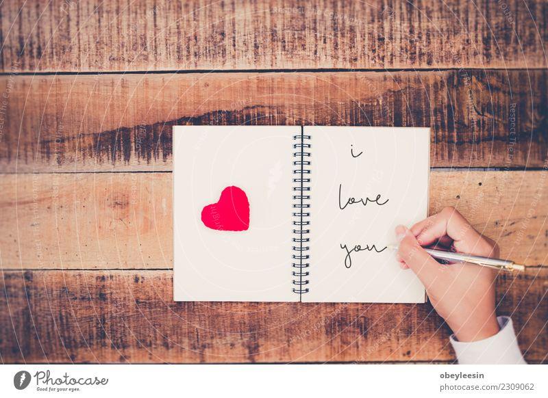 Handgeschriebene Liebesbriefe Leben Mensch Frau Erwachsene Mutter Großmutter Herz alt Zusammensein rot schwarz Leidenschaft Mitgefühl Versicherung Unterstützung