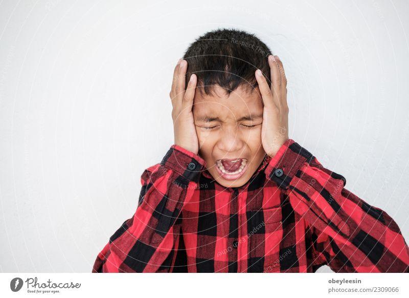 asiatischer Junge allein im Haus, Kind Kindheit Traurigkeit weinen Armut Wut Sorge Trauer Schmerz Enttäuschung Einsamkeit Angst Stress Verzweiflung Gewalt Hass