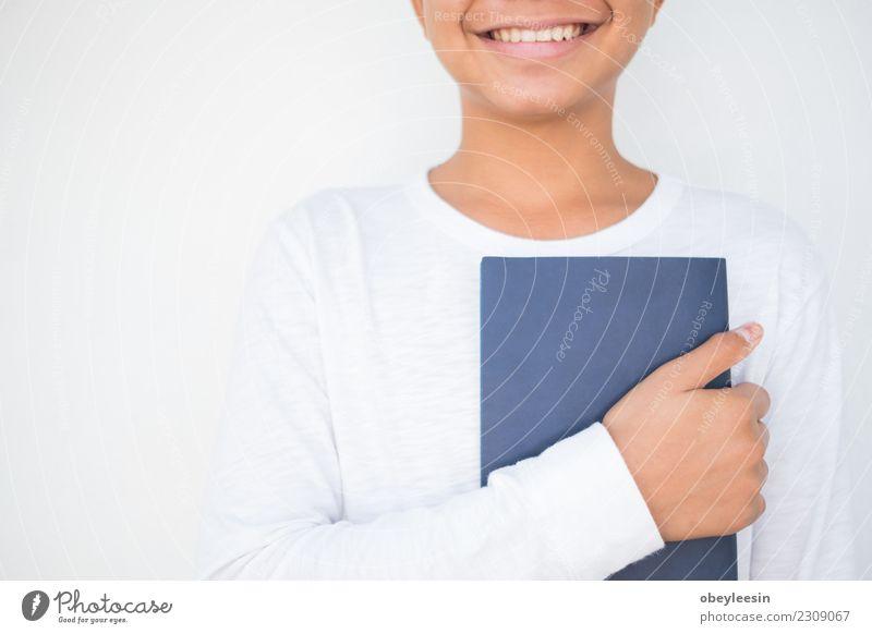 Nahaufnahme auf einem Mann, der eine Bibel hält Lifestyle lesen Mensch Erwachsene Vater Hand Finger Buch Bibliothek Kirche Anzug Krawatte Papier dunkel schwarz