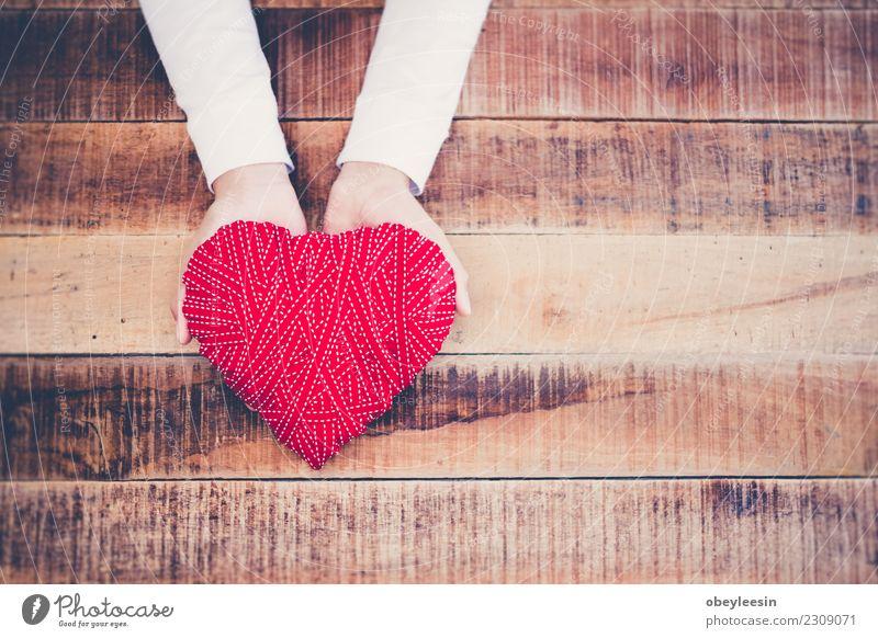 Hand hält ein rotes Herz, Valentinstag Liebe, Leben Mensch Frau Erwachsene Mutter Großmutter alt Zusammensein schwarz Leidenschaft Mitgefühl Versicherung