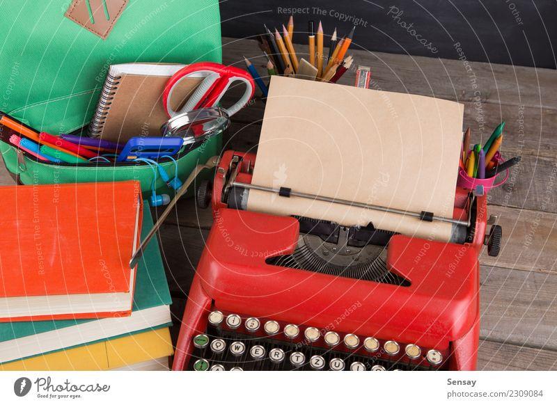 Schulrucksack mit Büchern und anderem Zubehör Schreibtisch Tisch Kind Schule lernen Klassenraum Tafel Werkzeug Schere Menschengruppe Buch Accessoire