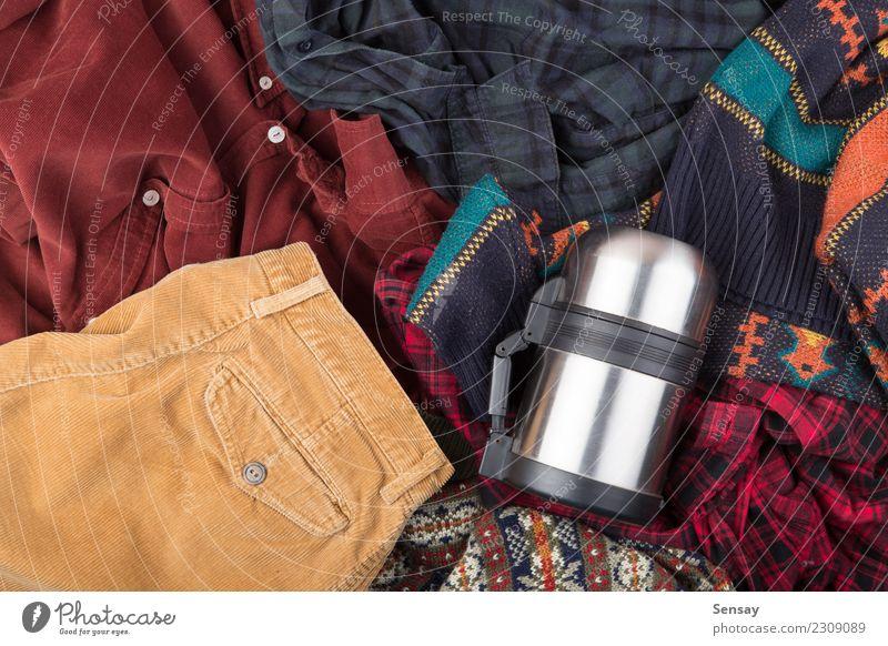 Dunkelrotes Baumwollsamthemd auf dem hölzernen Hintergrund kaufen Stil stricken Schreibtisch Industrie Mode Bekleidung Hemd Hose Anzug Pullover Jacke Holz
