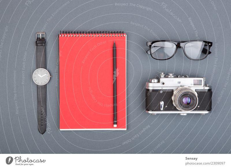Journalist- oder Blogger-Tabelle Design Tisch Büroarbeit Handwerk Business Buch Papier Schreibstift einfach weiß Farbe Idee Werbung Hintergrund blanko Entwurf