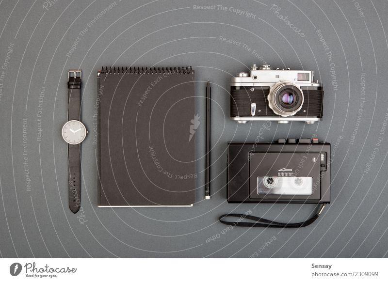 Journalisten- oder Blogger-Tisch Design Büroarbeit Handwerk Business Buch Papier Schreibstift einfach weiß Farbe Idee Werbung Hintergrund blanko Entwurf Deckung