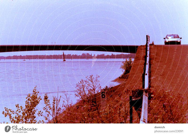 Entlang des Rheines blau Landschaft Straße Küste PKW Verkehr fahren Fluss Segeln Teer Leitplanke