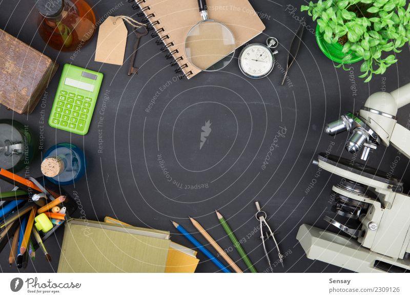 Bildungskonzeptbücher und -mikroskop schwarz Schule Textfreiraum Tisch lernen Buch Studium schreiben Wissenschaften Schreibtisch Tafel Botanik Kreide Entwurf