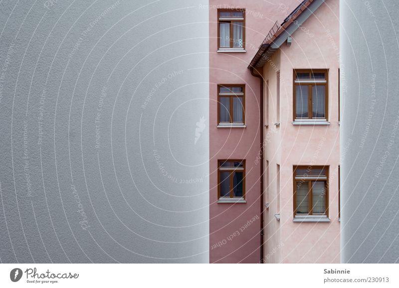 Häuslebauer Haus Fenster Wand Architektur grau Gebäude Mauer rosa Fassade Dach Bauwerk Vorhang Putz gerade Dachrinne
