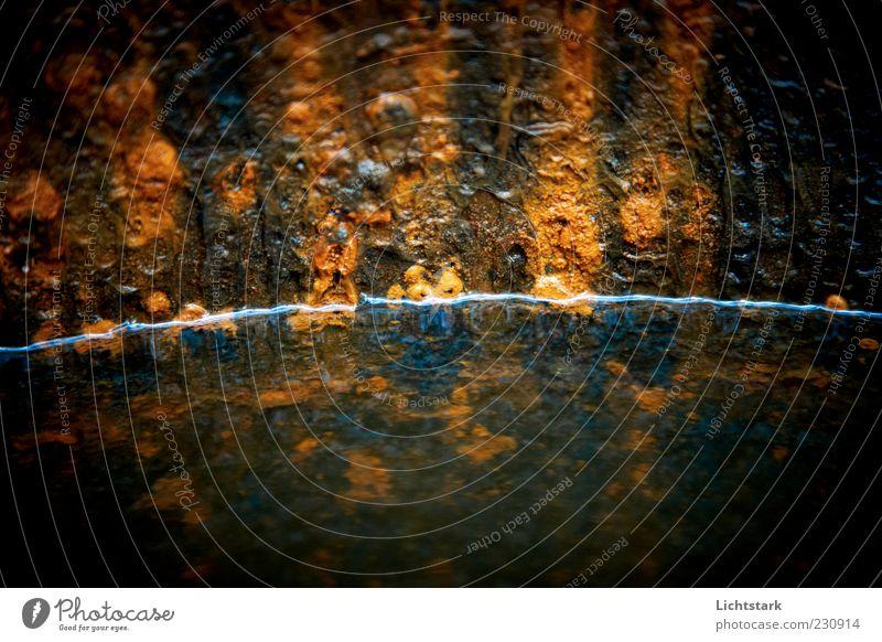 vom leben und sterben (V) Umwelt Urelemente Wasser Metall Rost alt kalt blau braun gold schwarz Farbfoto Außenaufnahme Detailaufnahme Strukturen & Formen