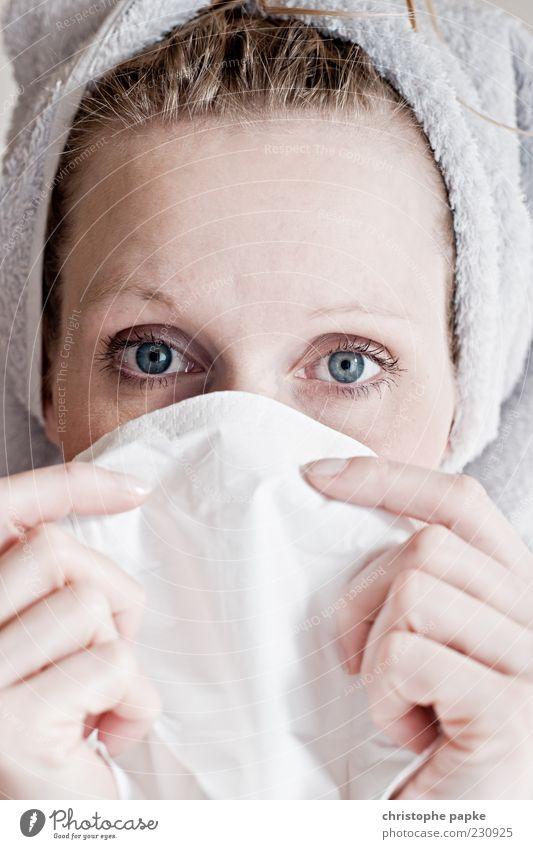 schniefnase Körperpflege Gesundheit Krankheit Allergie Mensch feminin Junge Frau Jugendliche 1 18-30 Jahre Erwachsene Beautyfotografie Handtuch Erkältung