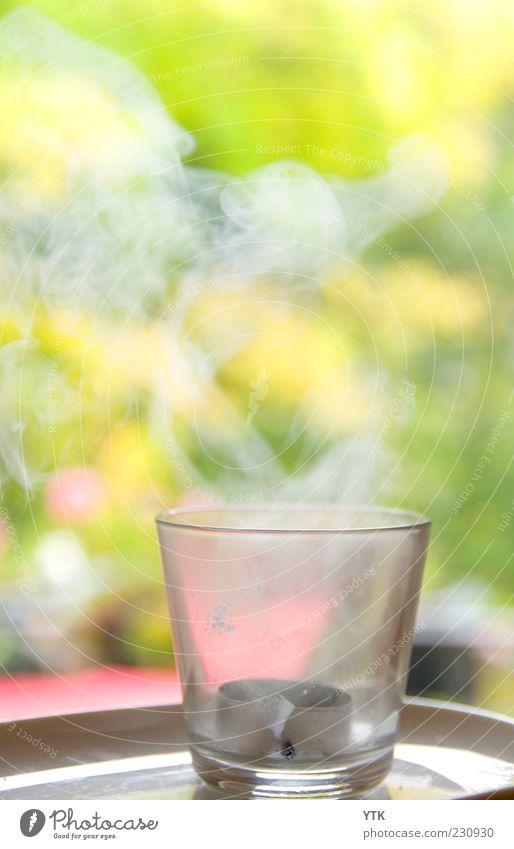 An den Indianer gegenüber... Kerze Rauch weiß Ende vergangen Rauchzeichen Unschärfe grün Teelicht Teelichtständer aufsteigen Vergänglichkeit Glas